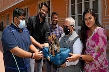 Stray Dog के लिए गवर्नर कलराज मिश्र का पसीजा दिल, गोद लेकर किया नामकरण