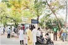 LNJP मोर्चरी के बाहर शव लेने के लिए परिजनों की जुट रही भीड़, जानें पूरा मामला