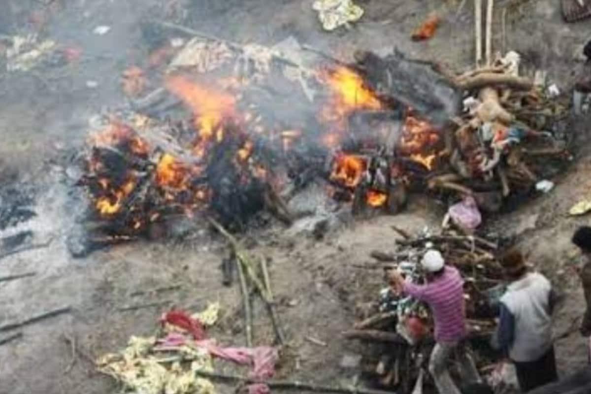 Ranchi: श्मशानाें में कम पड़ गई जगह, घाघरा घाट पर खुले में जलाने पड़ रहे कोराेना संक्रमितों के शव