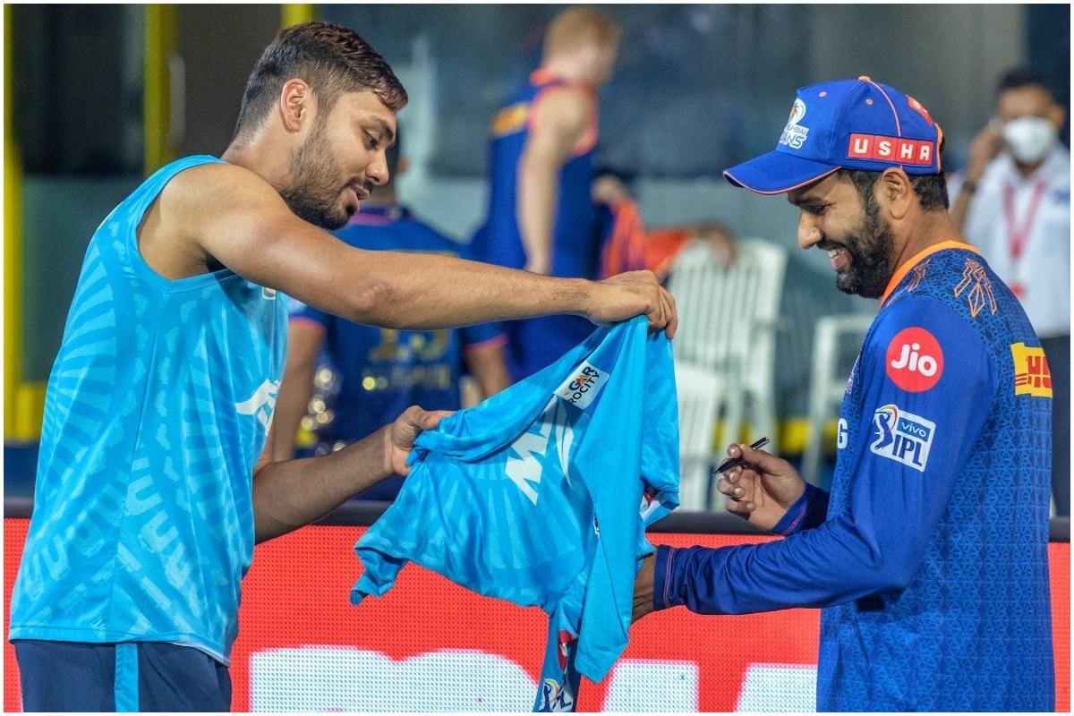 मुंबई इंडियंस के खिलाफ मैच के बाद दिल्ली कैपिटल्स के पेसर फैन ब्वॉय के अंदाज में नजर आए. मैच खत्म होने के बाद आवेश खान ने मुंबई इंडियंस के रोहित शर्मा से अपनी जर्सी पर ऑटोग्राफ लिए. दिल्ली कैपिटल्स के ऑफिशियल ट्विटर हैंडल से आवेश खान और रोहित शर्मा की तस्वीरों को शेयर किया गया है. (DC/Twitter)