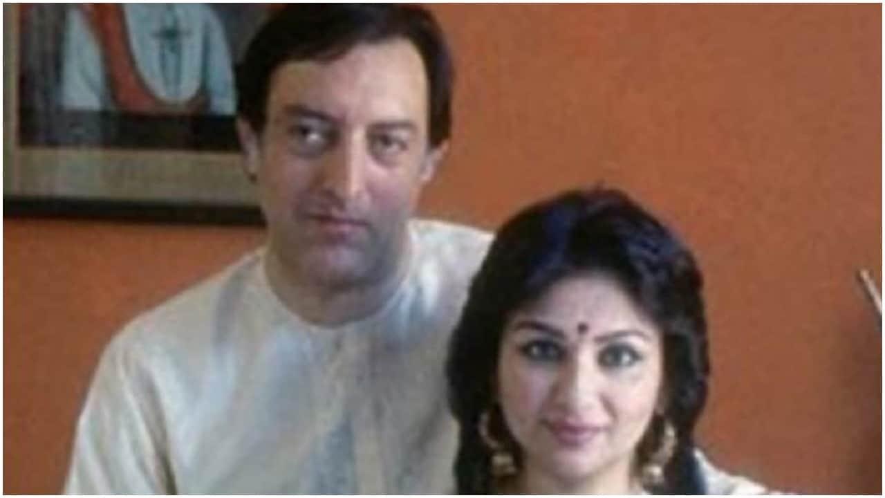 बॉलीवुड अदाकारा शर्मिला टैगोर ने एक इंटरव्यू के दौरान खुलासा किया था कि पति के खराब खेल के लिए उन्हें भी दोषी ठहराया जा चुका है. क्रिकेटर मंसूर अली खान पटौदी ने शर्मिला टैगोर से 1968 में शादी की थी. शर्मिला टैगोर ने बताया था कि अक्सर, जब कभी उनसे गलती हो जाती थी तो मुझे दोषी ठहराया जाता था कि मैं उन्हें डिस्ट्रैक्ट कर रही हूं. कभी-कभी धमकियां भी मिलती थी. हालांकि, ऐसा मेरा कोई इरादा नहीं होता था. मैं स्टेडियम जाती थी और पब्लिक के बीच बैठकर मैच देखती थी,लेकिन एक बार मेरे पिता ने भी मुझे इसको लेकर दोषी ठहराया था. (sabapataudi/Instagram)