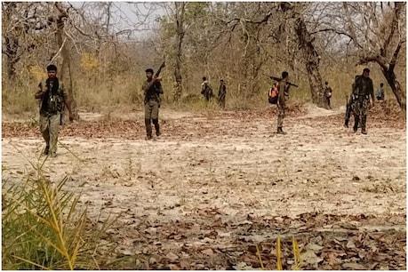 बीजापुर सुकमा के बीच हुई मुठभेड़ में एक महिला कमांडर समेत 12 माओवादी मारे गए हैं.