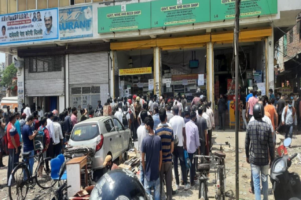 देश की राजधानी दिल्ली (Delhi) के मुख्यमंत्री अरविंद केजरीवाल (Chief Minister Arvind Kejriwal) ने सोमवार को 6 दिन का पूर्ण लॉकडाउन (Lockdown) लगाने की घोषणा कर दी है. इसके साथ ही यह भी तय कर दिया है कि इस अवधि में क्या खुला रहेगा और किनको रियायतें दी जाएंगी. वहीं, लॉकडाउन की घोषणा होते ही शराब की दुकाओं पर लोगों की भीड़ उमड़ गई है.