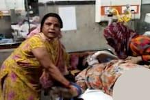 Video: अस्पताल में संक्रमित मरीज को जकड़कर तंत्र-मंत्र कर रहीं 2 महिलाएं, मौत
