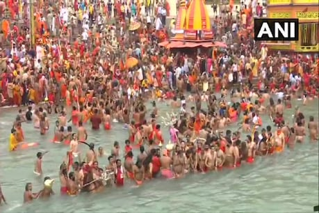 A crowd of saints and saints gathered in Haridwar to bathe in the second royal Kumbh.