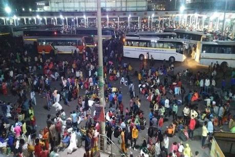 सोमवार रात को दिल्ली के आनंद विहार बस स्टेशन पर घर जाने वाले लोगों की भीड़ लगी थी. (Pic- ANI)