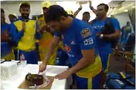 CSK के 200 IPL मैच पूरे होने के बाद महेंद्र सिंह धोनी ने अन्य खिलाड़ियों के साथ केक काटा।  (सीएसके ट्विटर)