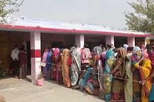 UP Panchayat Chunav: पहले चरण के मतदान के दौरान जमकर उड़ रही कोविड प्रोटोकॉल की धज्जियां, देखें तस्वीरें