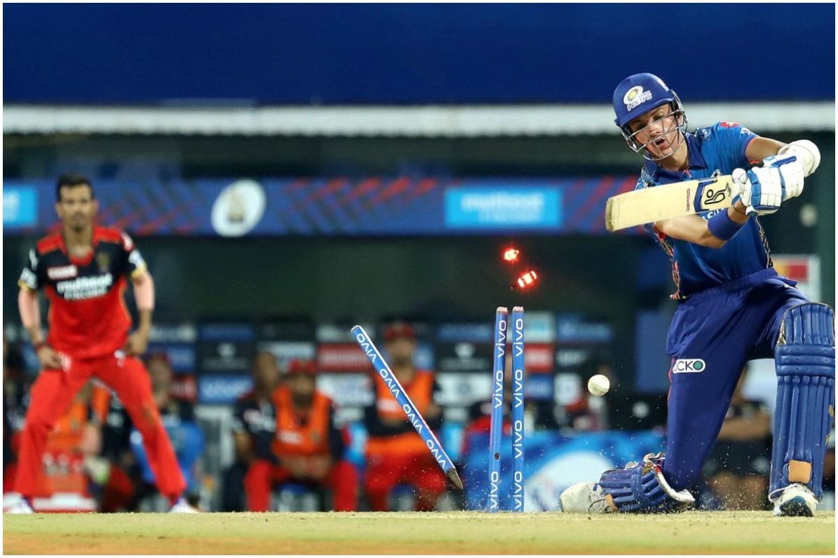 नई दिल्ली. आईपीएल 2021(IPL 2021) के ओपनिंग मैच में रॉयल चैलेंजर्स बैंगलोर (RCB) ने मुंबई इंडियंस(MI) को 2 विकेट से हरा दिया. इस मैच में इस सीजन में आरसीबी से जुड़े हर्षल पटेल, ग्लेन मैक्सवेल और काइल जेमिसन ने शानदार प्रदर्शन किया. (फोटो_PTI)