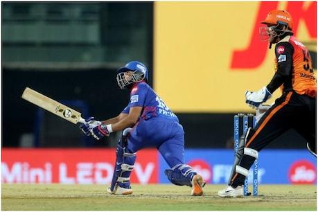 IPL 2021: जगदीशा सुचित की गेंद पर ऋषभ पंत स्टंप होने से बाल-बाल बचे थे. जब स्टंपिंग नहीं हो पाई तो पृथ्वी शॉ ने रन चुराने की कोशिश की, जिसके बाद वह रन आउट हो गए.
