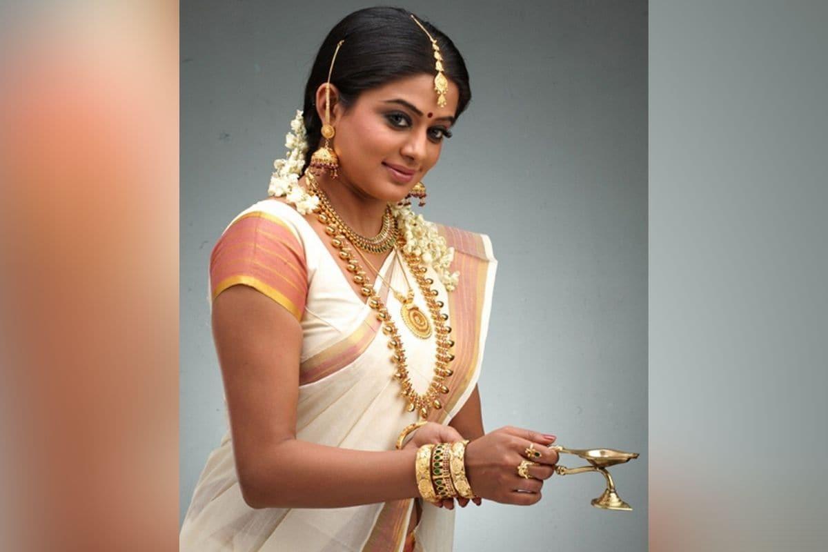 प्रियामणि साउथ की शहूर अदाकारा हैं और उनकी गिनती तमिल-तेलुगू इंडस्ट्री की सुपरहिट एक्ट्रेसेस में होती हैं. एक्ट्रेस सोशल मीडिया पर तमाम दफा अपने ट्रेडिशनल लुक की तस्वीरें शेयर करती रहती हैं. तस्वीर में एक्ट्रेस भारी भरकम गोल्ड की ज्वैलरी पहन आरती करते दिख रही हैं.