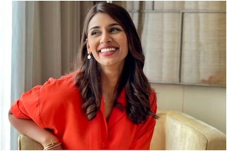 जसप्रीत बुमराह (Jasprit Bumrah) की स्पोर्ट्स एंकर पत्नी संजना गणेशन(Sanjana Ganesan) ने अपनी मुस्कुराते हुए तस्वीर पर इंस्टाग्राम पर शेयर की. (sanjana ganesan twitter)