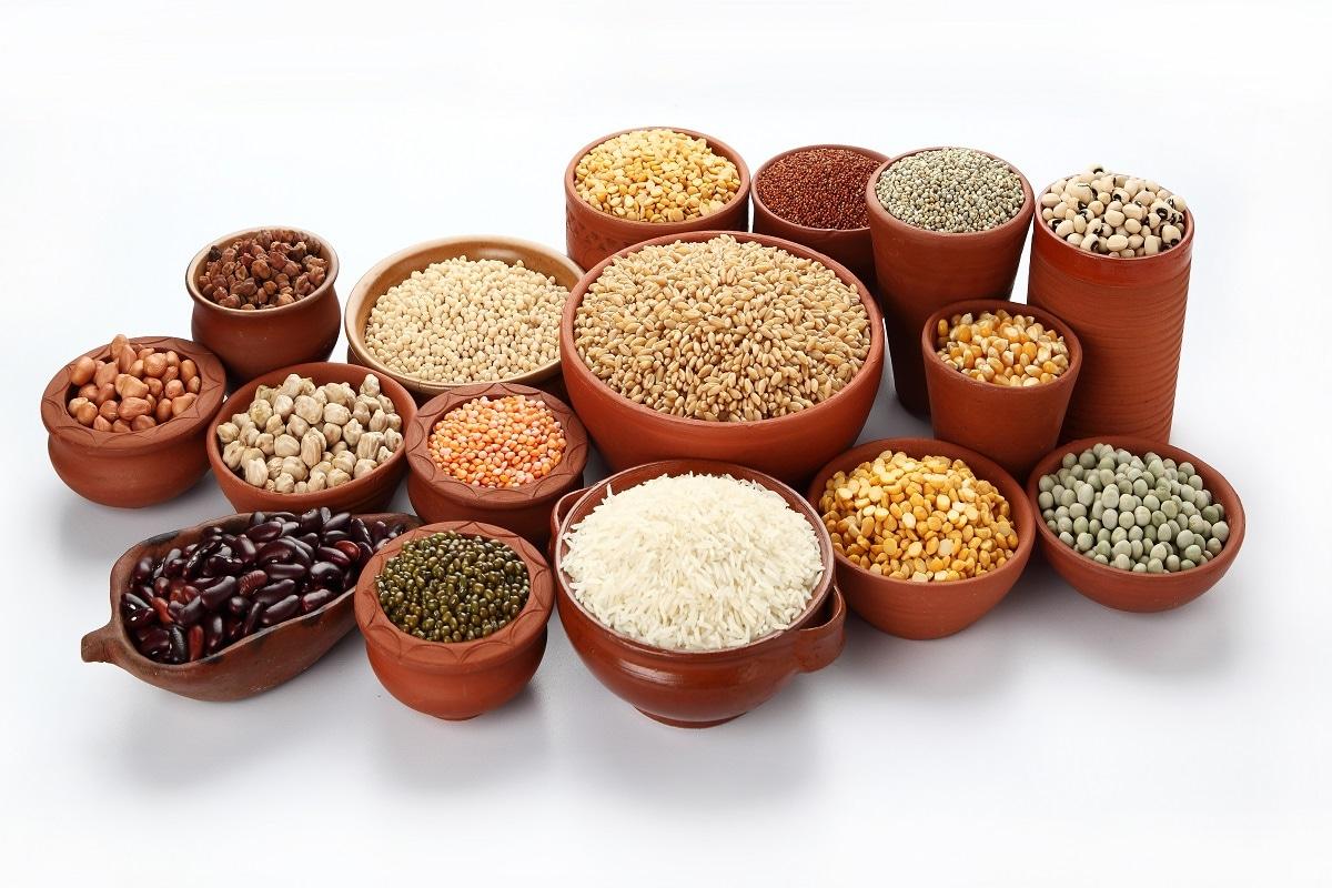 Kitchen Tips: घर में अनाज (Grain) का भंडारण करने से कई सहूलियतें होती हैं. इससे बार-बार अनाज मंगाना नहीं पड़ता. यही वजह है कि हम अपने घरों में गेहूं, दालें और आटा (Flour) आदि स्टोर करके रखते हैं. मगर कई बार अनाज को सहेज कर रखना आसान नहीं होता. इनमें कीड़े और घुन (Mite) आदि लग जाने की वजह से अनाज के खराब होने का खतरा रहता है. ऐसे में अनाज को कीड़ों से बचाए रखने के लिए कुछ उपाय करने जरूरी हो जाते हैं. इनकी मदद से आप अपने अनाज को सुरक्षित रख कर खराब होने से बचा सकते हैं-All Images/Shutterstock