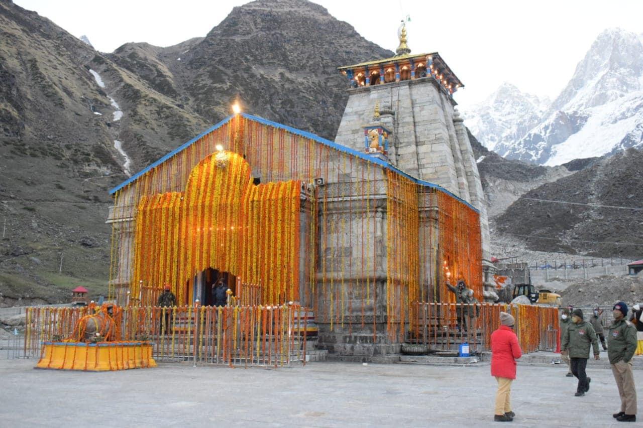 11वें ज्योतिर्लिंग बाबा केदारनाथ धाम (Kedarnath Dham) के कपाट आज यानी 17 मई को सुबह पांच बजे मेष लग्न में विधि विधान से खुल गए हैं. इस दौरान कोरोना प्रोटोकॉल के तहत तीर्थ पुरोहित, पंडा समाज और हककूधारियों को ही मंदिर में जाने की अनुमति रही.