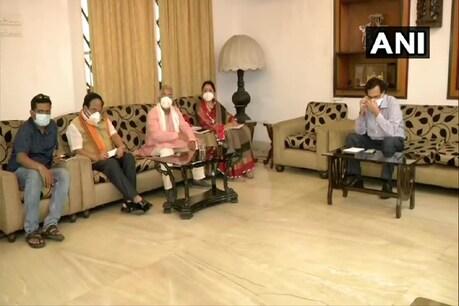 दिलीप घोष की अगुवाई में गृह मंत्रालय की टीम से कोलकाता में मिलते भाजपा के प्रतिनिधिमंडल. (ANI Twitter/6 May 2021)