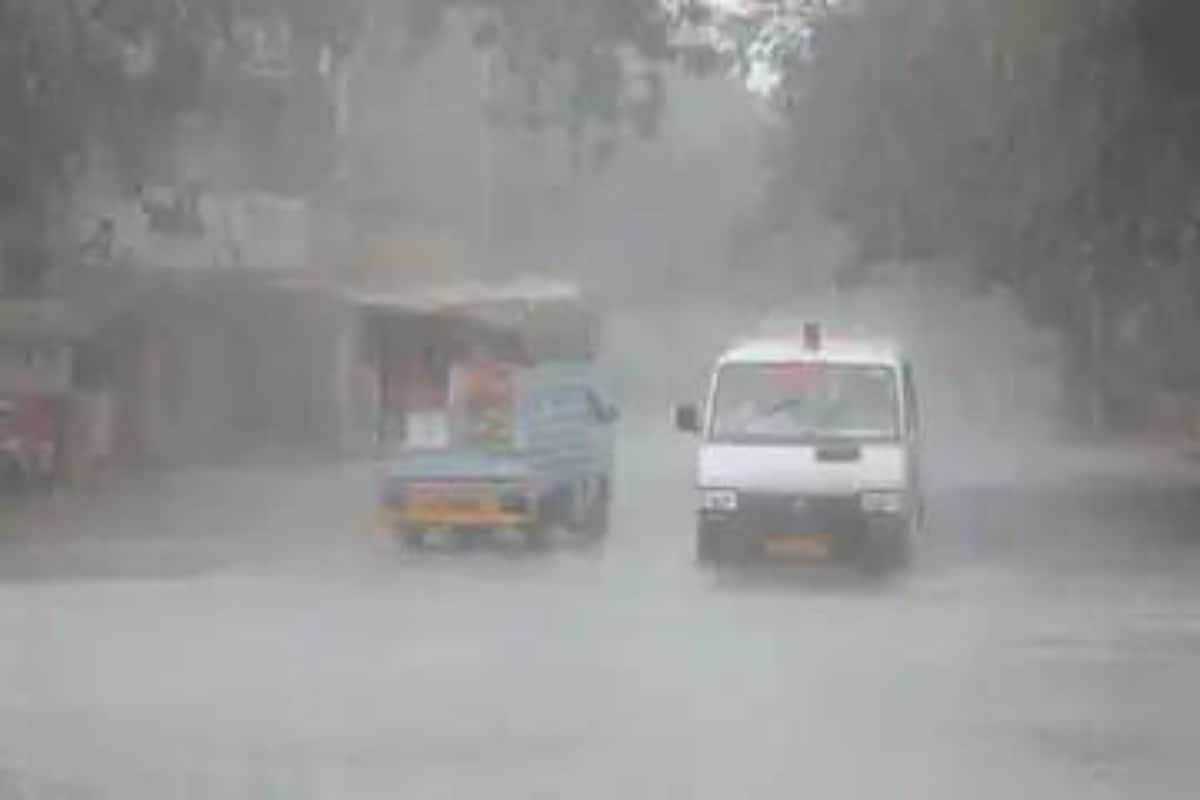 मौसम विभाग के मुताबिक दिल्ली के सफदरजंग इलाके में 60 मिलीमीटर, पालम में 36.8 मिलीमीटर, नजफगढ़ में 57 मिलीमीटर, एसपीएस में 39.5 मिलीमीटर बारिश रिकॉर्ड की गई है.