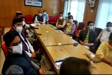सीएम के साथ मीटिंग में डीसी कांगड़ा और अन्य.
