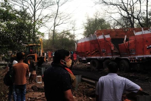 सोनभद्र में एक सड़क दुघर्टना में हाइवा ने ट्रक को टक्कर मार दी, जिससे ट्रक में सवार चार लोगों की मौत हो गई.