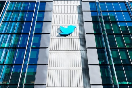 सरकार ने ट्विटर के धमकाने के आरोपों पर कहा कि माइक्रो ब्लॉगिंग प्लेटफॉर्म अपने कामों और जानबूझकर बात ना मानने के जरिए भारत की कानून व्यवस्था को कमजोर करने की कोशिश कर रहा है. (सांकेतिक तस्वीर: Shutterstock)