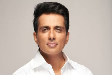 In the Corona era, Sonu Sood is constantly helping the needy.  Photo courtesy- Twitter