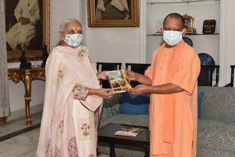 राज्यपाल से मुलाकात के दौरान सीएम योगी आदित्यनाथ ने उन्हें पुस्तक भेंट की.