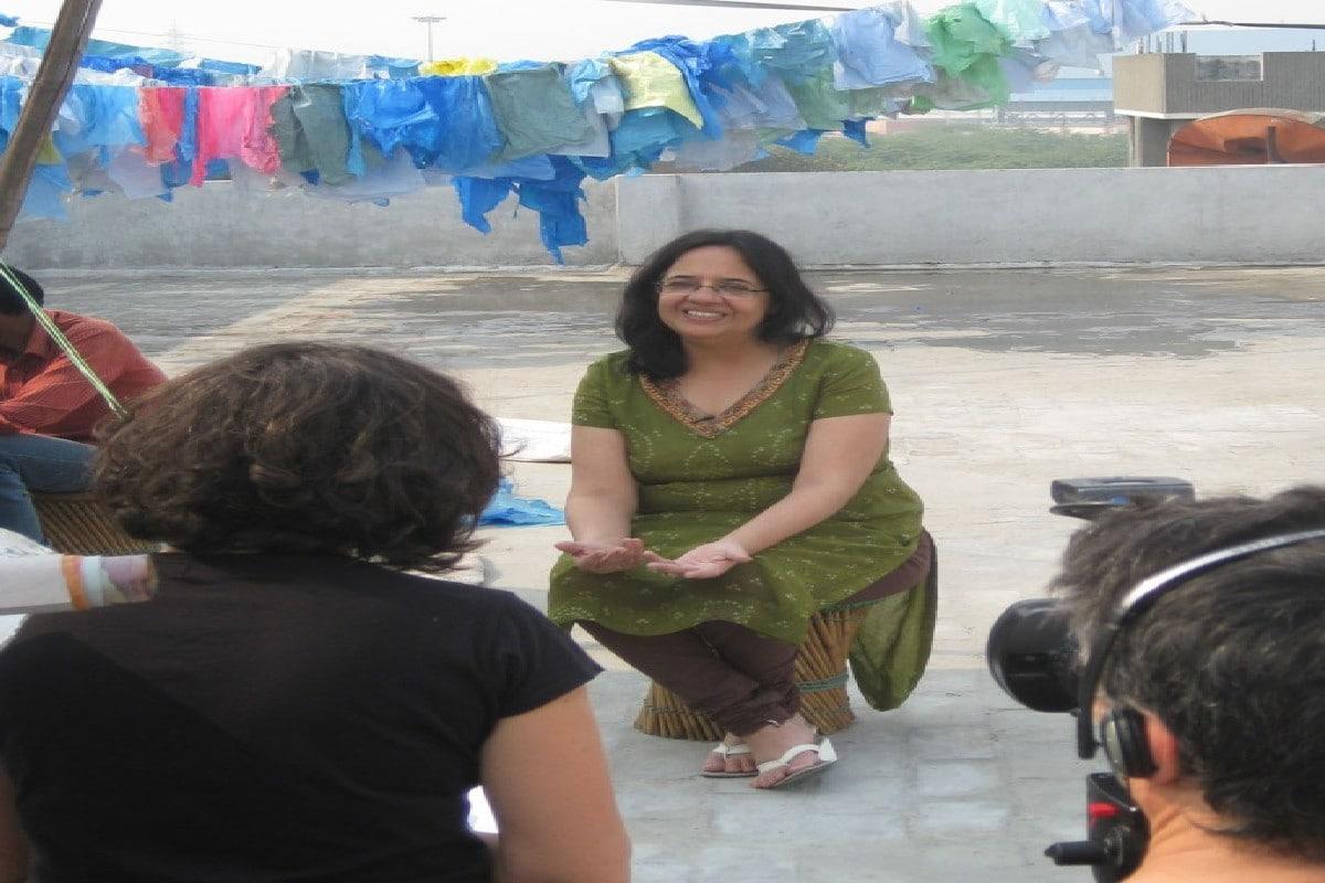 Success Story : कचरा बीनने वालों के साथ काम कर कचरे से हैंडबैग बनाए, आज 100 करोड़ का टर्नओवर
