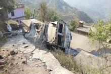 OMG: हिमाचल के बिलासपुर में घर की छत पर गिरा सीमेंट से लदा ट्रक, देखे Photos