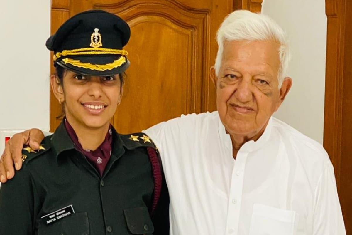 चरखी दादरी. पिता व दादा की प्रेरणा से दादरी की बेटी नव्या सांगवान ने कमीशन प्राप्त करते हुए सेना में लेफ्टिनेंट पद पर नियुक्त हुई हैं. मेडिकल कौर में नियुक्त हुई नव्या ने पिता जेल अधीक्षक पिता व दादा पूर्व मंत्री सतपाल सांगवान से प्रेरणा लेते हुए बचपन से ही देश सेवा करने फैसला कर लिया था. उनकी नियुक्ति उत्तर प्रदेश के आगरा स्थित सेना अस्पताल में लेफ्टिनेंट के पद पर हुई है.