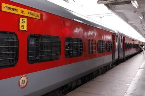 ट्रैफिक ब्लॉक के कारण गाजीपुर सिटी बांद्रा टर्मिनस स्पेशल ट्रेन और मुंबई सेंट्रल नई दिल्ली दुरंतो स्पेशल ट्रेन के मार्ग में परिवर्तन किया जाएगा. (File Photo)