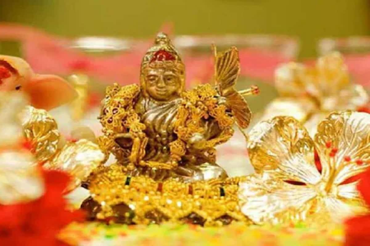 Akshaya Tritiya 2021 Wishes Images Gif Whatsapp Facebook Status: अक्षय तृतीया 14 मई को है. अक्षय तृतीया को हिंदू धर्म में काफी महत्वपूर्ण त्योहार माना गया है. हर साल वैशाख माह के शुक्ल पक्ष को अक्षय तृतीया मनाई जाती है. अक्षय तृतीया के दिन भक्त मां लक्ष्मी की पूजा अर्चना करते हैं और गोल्ड यानी कि सोने की शॉपिंग करते हैं. पौराणिक मान्यता है कि, अक्षय तृतीया के दिन सोना खरीदने से घर पर मां लक्ष्मी की कृपा बरसती है. लेकिन इस बार यह पवित्र तिथि लॉकडाउन में पड़ रही है तो कुछ चीजों पर नियमानुसार रोक रहेगी. अक्षय तृतीया को स्वयं सिद्धि मुहूर्त माना जाता है. इसका मतलब है कि इस घड़ी में कोई भी शुभ काम करने से पहले मुहूर्त का विचार नहीं किया जाता है. इस अक्षय तृतीया आप घर बैठे मां लक्ष्मी की पूजा करें और अपने रिश्तेदारों और दोस्तों को घर बैठे ही अक्षय तृतीया के इन वॉलपेपर और संदेशों के जरिए शुभकामनाएं भेज सकते हैं....
