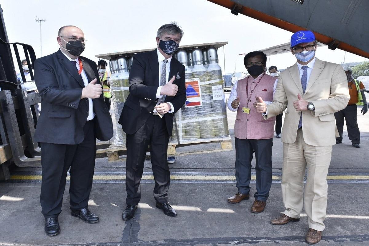 इससे पहले भारतीय वायुसेना देश में चिकित्सकीय ऑक्सीजन के संकट से निपटने में सहयोग के लिए बुधवार को अपने शक्तिशाली मालवाहक विमानों आईएल-76 के जरिये सिंगापुर और बैंकाक से क्रमश: 352 खाली ऑक्सीजन सिलेंडर और क्रायो-कंटेनर भारत लाई थी. उसका एक आईएल-76 विमान सिंगापुर से खाली ऑक्सीजन सिलेंडर लेकर दिल्ली पहुंचा. दिल्ली कोरोना वायरस की दूसरी लहर के चलते चिकित्सकीय ऑक्सीजन की कमी से जूझ रही है.