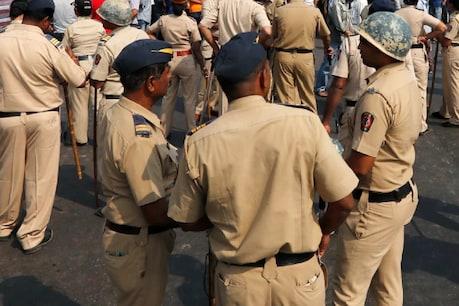 कर्नाटक में दलित युवक का आरोप, पुलिस सब इंस्पेक्टर ने हिरासत में पेशाब पीने का डाला दबाव