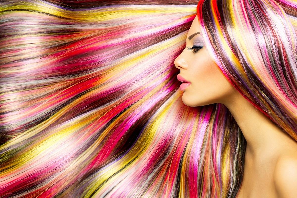 Hair Color Tips: कुछ लोग महंगे सलून (Salon) में जाकर हेयर कलर करवाते हैं, तो कुछ लोग घर पर खुद ही कलर करते हैं, लेकिन इस ओर ध्यान दिए जाने की जरूरत है कि गलत तरीके से बालों को कलर करना आपके बालों को कहीं नुकसान तो नहीं पहुंचा रहा. ऐसे में बालों को कलर करने से पहले कुछ सावधानियां (Precautions) जरूरी हैं. वहीं बालों में लंबे समय तक कलर टिका रहे इसके लिए भी आप इन कुछ खास टिप्स को फॉलो कर सकते हैं-All Images/Shutterstock