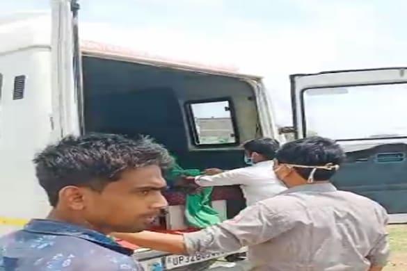 सिद्धार्थनगर में सोशल मीडिया पर वायरल एक वीडियो में एम्बुलेंस कर्मी का अमानवीय व्यवहार सामने आया है.