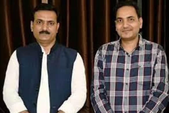 उत्तर प्रदेश के बेसिक शिक्षा मंत्री सतीश द्विवेदी अपने भाई अरुण द्विवेदी के साथ।