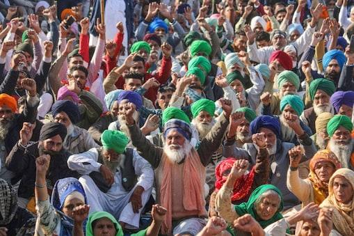 तीन नए कृषि कानूनों के खिलाफ सिंघू बॉर्डर पर प्रदर्शन करते किसान. (रॉयटर्स फाइल फोटो)