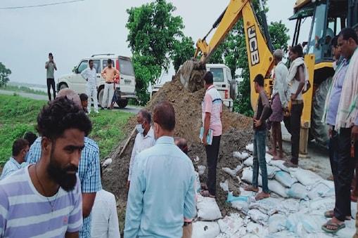 बिहार के बगहा में बांध की मरम्मती करते इंजीनियर्स