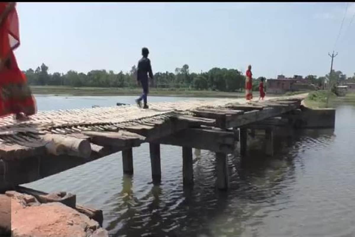 हर बार चुनाव के दौरान यहां के लोगों को पक्का पुल बनवाने का भरोसा दिया जाता है, लेकिन आजादी के 74 साल बीत जाने के बाद भी अकरहाराघाट गांव की तस्वीर जस की तस बनी हुई है.