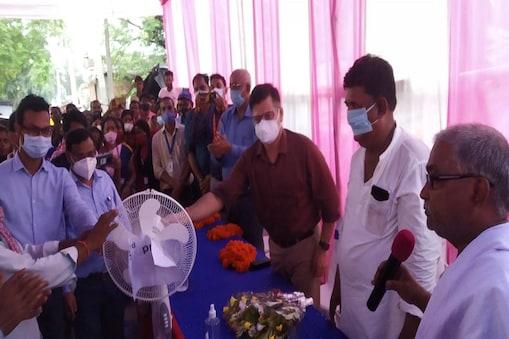 बिहार के कटिहार में कोरोना वैक्सीन लेने वालों को इनाम देते अधिकारी