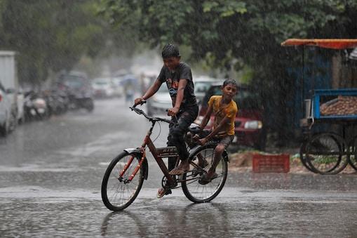 8 जुलाई तक देश के हर हिस्से में मानसून पहुंच जाएगा  (AP Photo/Rajesh Kumar Singh)