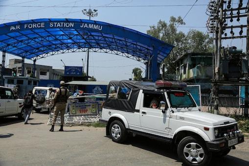 रविवार को जम्मू स्थित एयरफोर्स स्टेशन पर हुए ड्रोन ब्लास्ट की जांच NIA कर रही है. (फोटो: AP)