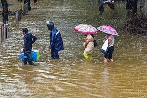 मुंबई में भारी बारिश की चेतावनी जारी है. (तस्वीर-PTI)