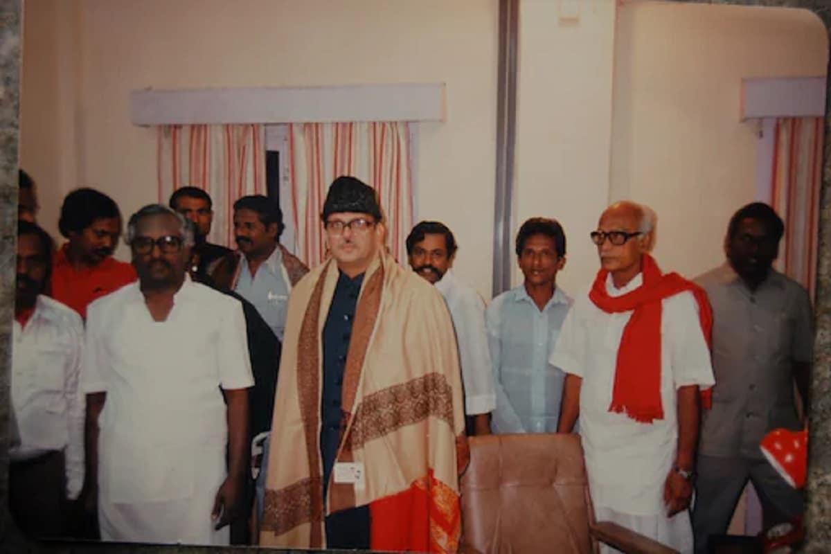 1989 में विपरीत विचारधाराओं वाले दलों का सहयोग लेकर सरकार बनाना वीपी सिंह के लिए एक बड़ी उपलब्धि थी. (फाइल फोटो)