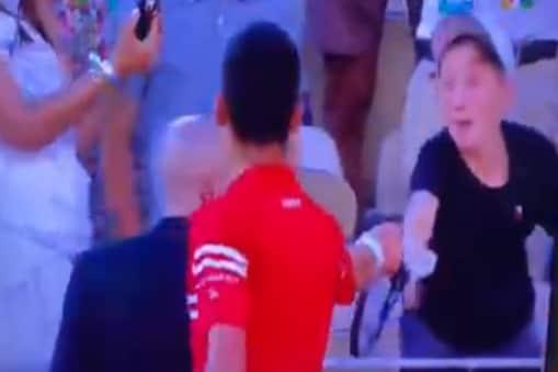 जीत के बाद फैन को  रैकेट देते नोवाक जोकोविच pc: वीडियो स्क्रीनशॉट)