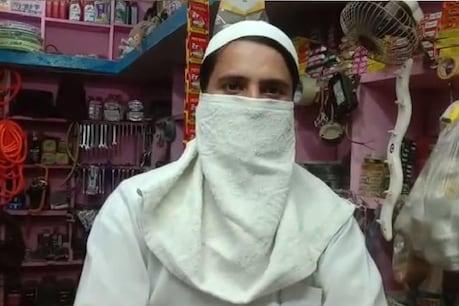 अपने हार्डवेयर की दुकान पर गुलजार अहमद, जिन्होंने पुलिस पर लगाया है फंसाने की कोशिश का आरोप.