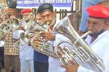 शादियों के आयोजनों से पाबंदियां हटाने की मांग को लेकर जयपुर में अनोखा प्रदर्शन