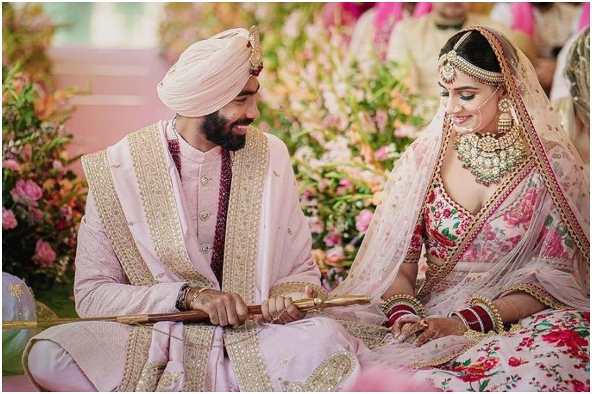 जसप्रीत बुमराह और संजना गणेशन ने इस साल मार्च में गोवा में करीबी रिश्तेदारों और दोस्तों की मौजूदगी में शादी की थी. कोरोना वायरस महामारी को देखते हुए इस शादी में टीम इंडिया का कोई भी क्रिकेटर शामिल नहीं हुआ था. इसी वजह से वो इंग्लैंड के खिलाफ चौथा टेस्ट और टी20 सीरीज भी नहीं खेले थे. संजना मिस इंडिया फाइनलिस्ट रह चुकी हैं और स्पोर्ट्स प्रजेंटर भी हैं. वह अभी स्टार स्पोर्ट्स के लिए काम करती हैं. (Sanjana Ganesan Instagram)