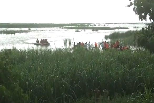 UP: कुशीनगर में नारायणी नदी में फंसी नाव से सभी 150 लोगों को सकुशल निकाल लिया गया है.