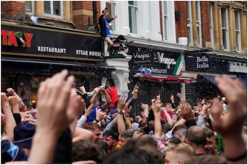 मैच के दौरान स्कॉटलैंड के प्रशंसकों का जमावड़ा (फोटो-AP)
