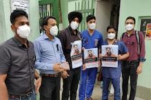 दिल्ली AIIMS के डॉक्टरों ने बाबा रामदेव का किया विरोध, कमीज पर लगाई काली पट्टी